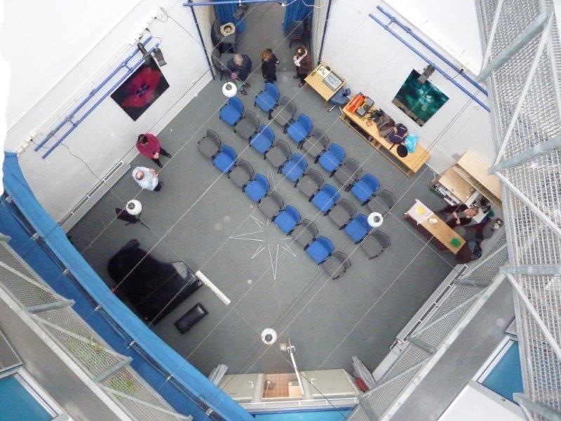 De gehele zaal van bovenaf gezien. The hal seen from above..